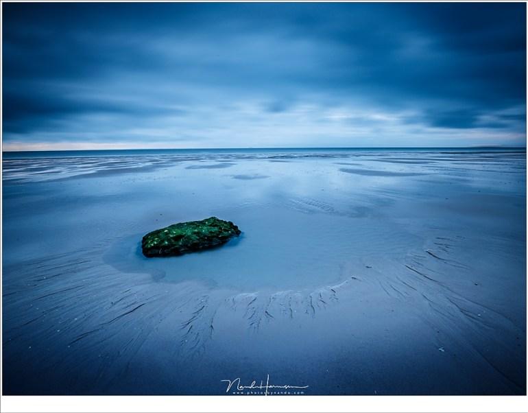 Een eenzame rots op het drooggevallen strand van Cap Blanc Nez (16mm | ISO100 | f/16 | t=25sec | grijsfilter)