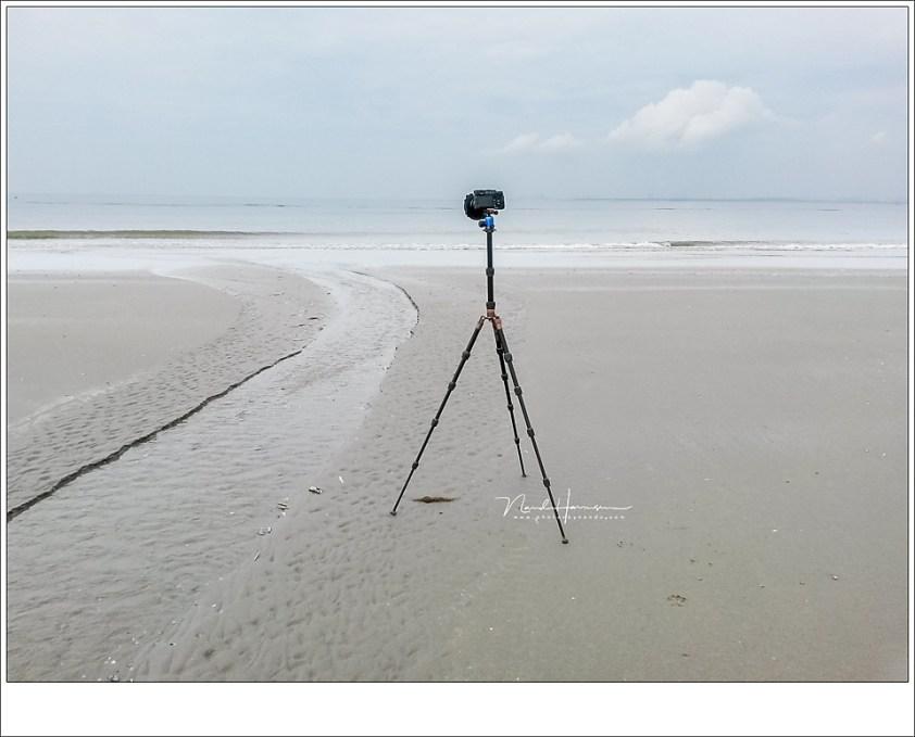 Een reisstatief op de hoogste stand, waarmee de camera ongeveer op anderhalve meter hoogte brengt. De uitgeschoven middenkolom geeft niet veel stabiliteit, zeker niet bij een zwaardere camera.