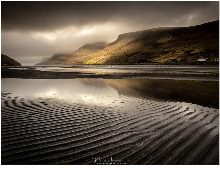 De baai van Sørvágur tijdens eb, op de aankomstdag tijdens zonsondergang. Een moment dat ik voor geen goud had willen missen.