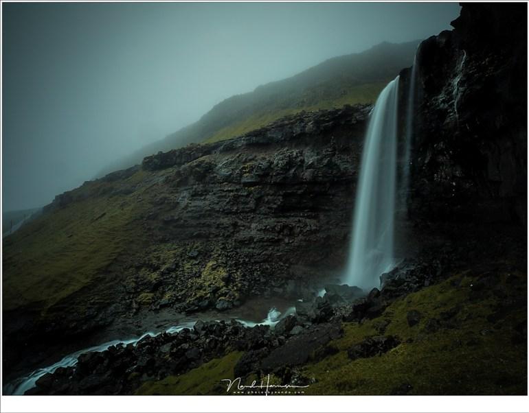 Een dag vol regen weerhield ons er niet van om de grootste waterval van de eilanden te gaan fotograferen: Føssa. Het was een gevecht tegen de regen, maar ook tegen het water van de waterval dat door de wind meegenomen werd.