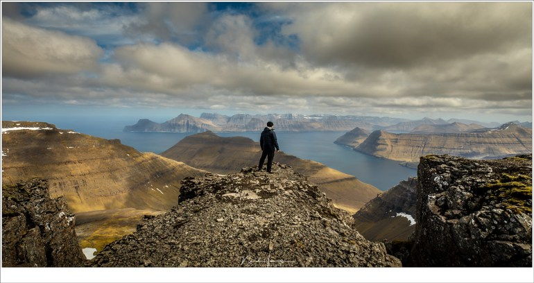 Op de top van de 880 meter hoge berg Slæterratindur, het hoogste punt van de Faeröer eilanden