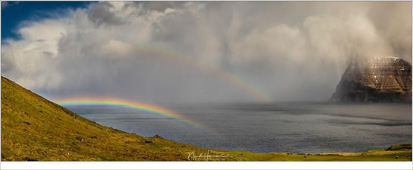 Faeröer eilanden - deel 1, Op het ene eiland kan het regenen, en op het andere eiland kan het droog zijn. Terwijl het eiland Kunoy gehuld was in regenwolken, konden we vanaf Kalsoy genieten van een heerlijke zon en prachtige regenboog. Maar ook hier regende het zo nu en dan.