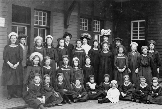 Group Of Immigrant Girls Qubec 1908 Groupe Dimmigran