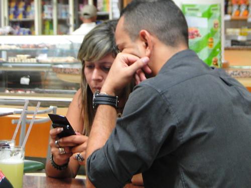 Quien tiene un Smartphone tiene poder de compra, y usa por lo general; aplicaciones, encuentra en el chateo un gran atractivo, AUTOfocus.com apela a estos elementos claves para lograr la compra.