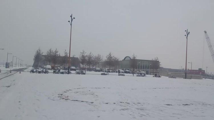 Nieve en la puerta del cine
