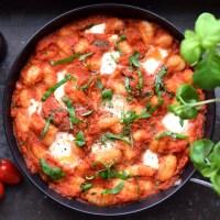 One-pan gnocchi med tomatsås, mozzarella & basilika