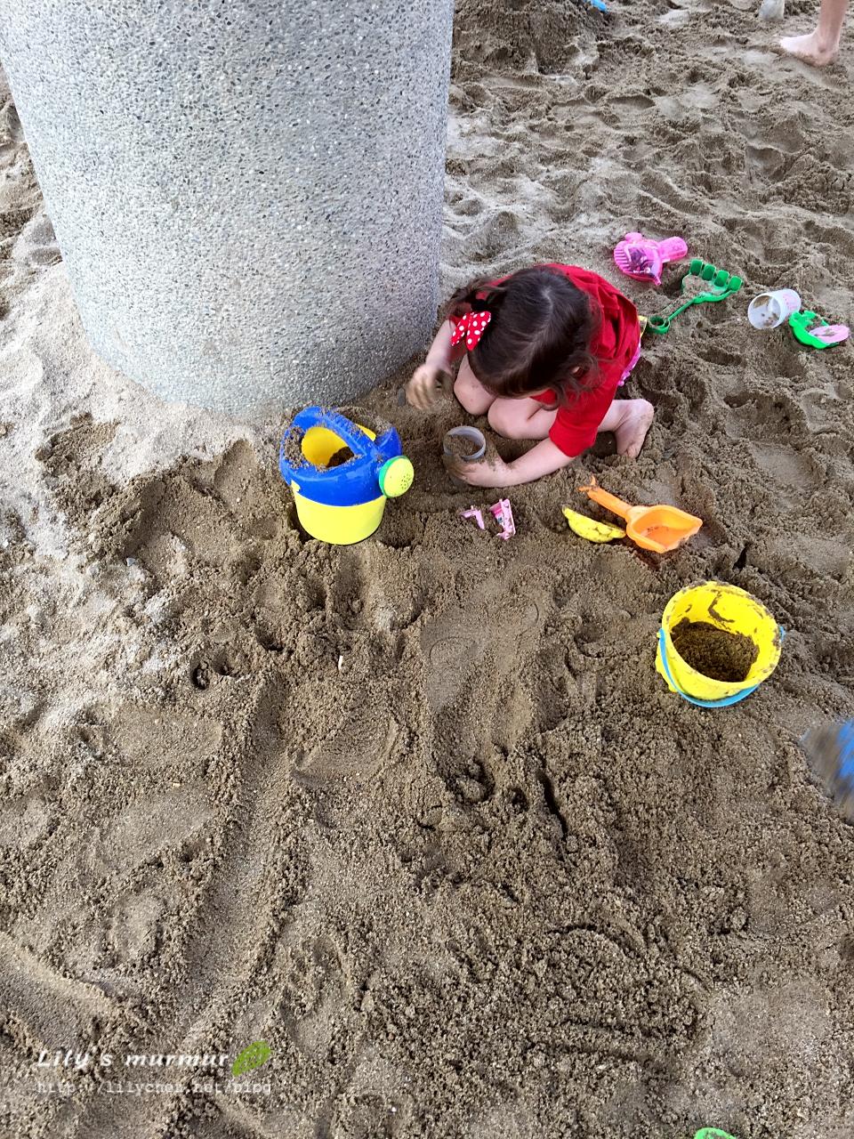 小妮在鶯歌陶博館後方的陶瓷公園玩沙。