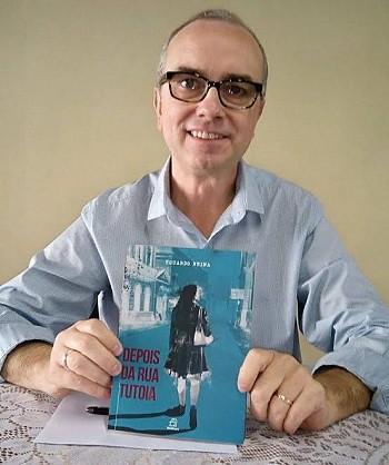 Jornalista lança livro sobre história de bebês sequestrados na ditadura, Eduardo Reina e o seu novo livro