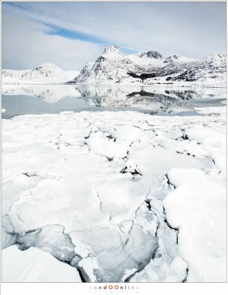 Kruiend ijs op het water van Flakstadpollen