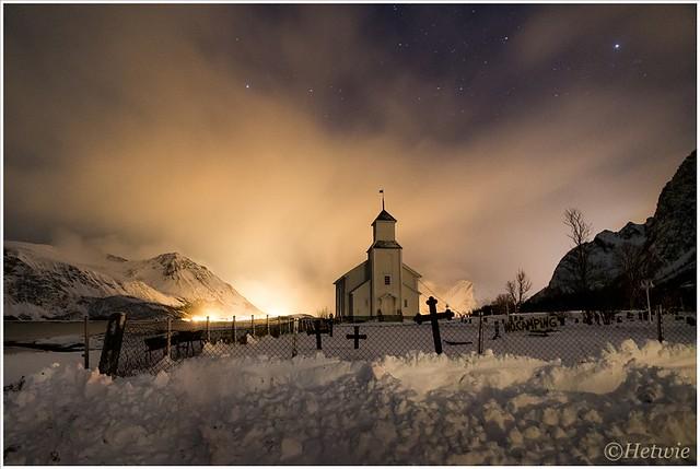 Gimsøy kerk in het avondlicht