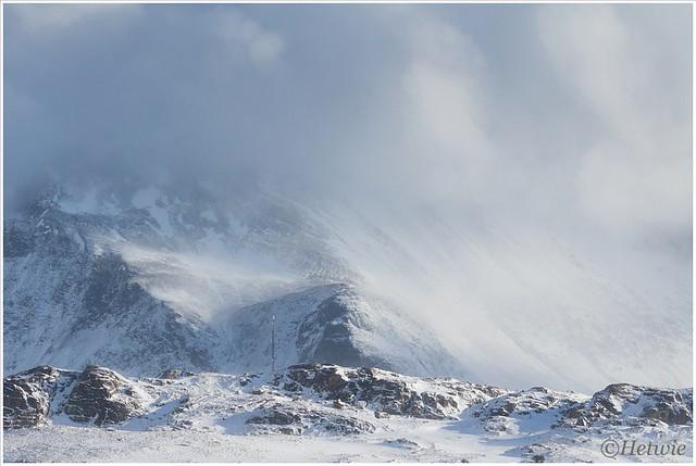 stuifsneeuw op de bergen.