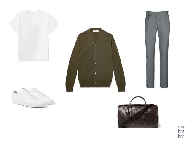 Look masculino combinando un cardigan con pantalones de vestir, camiseta blanca, zapatillas para hombre blancas y bolso de viaje