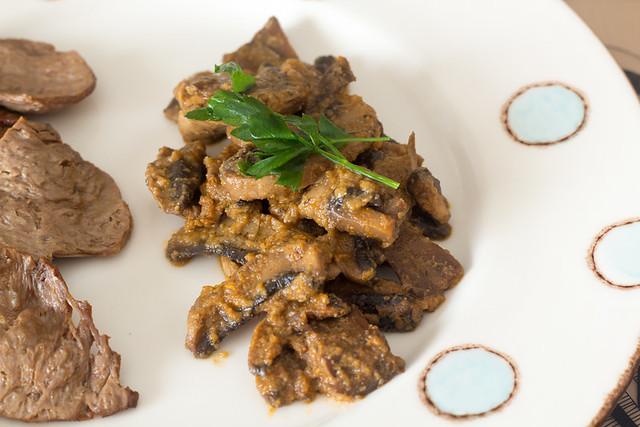 Plato con salsa de champiñones y soja texturizada
