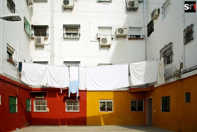 La de la ropa tendida en los balcones sigue siendo una estampa común en algunos vecindarios de Sevilla, como Tres Barrios