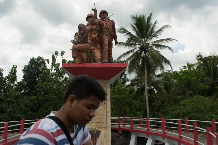 Patung monumen trisula