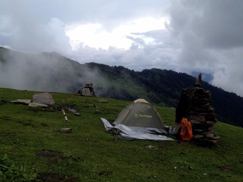 camping on chandrakhani pass while trekking in himachal pradesh
