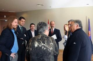 Pilar Vera y Luís Rey de la AVJK5022, junto a los portavoces de distintas formaciones políticas en las Cortes de Castilla y León