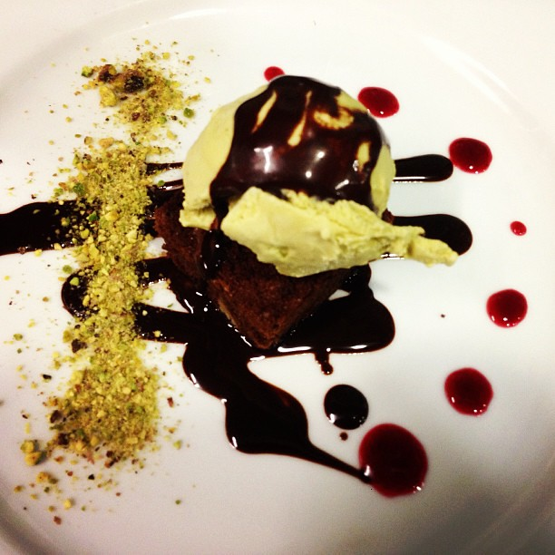 Brownie con helado de pistacho