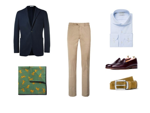 Combinación smart casual con un look masculino compuesto por chinos, blazer, camisa azul, pañuelo, zapatos y cinturón para hombre
