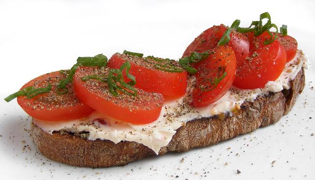 Notenbrood met roomkaas en tomaatjes