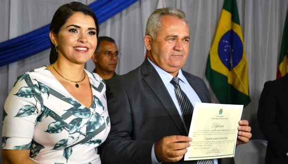 Vai cortar na carne, prefeito?: Climaco dá emprego de R$ 8 mil ao sobrinho, Valmir Climaco