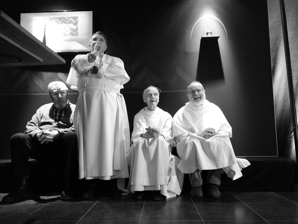 De drie wijzen houden als in de gaten tijdens een Caractère de Leffe voorstelling.