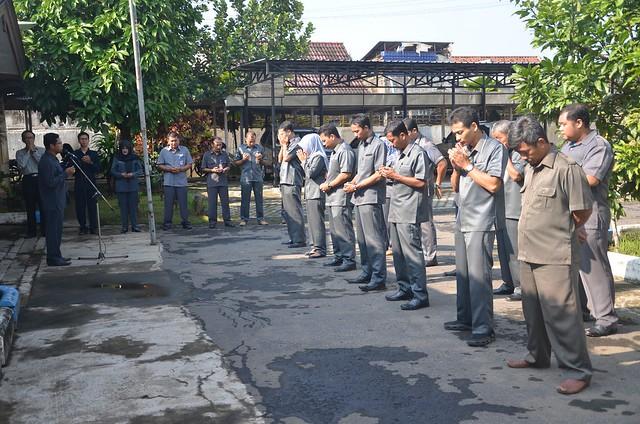 Komisioner & Pegawai Sekretariat KPU Tulungagung mengikuti Apel Pagi dengan khidmat (27/2)