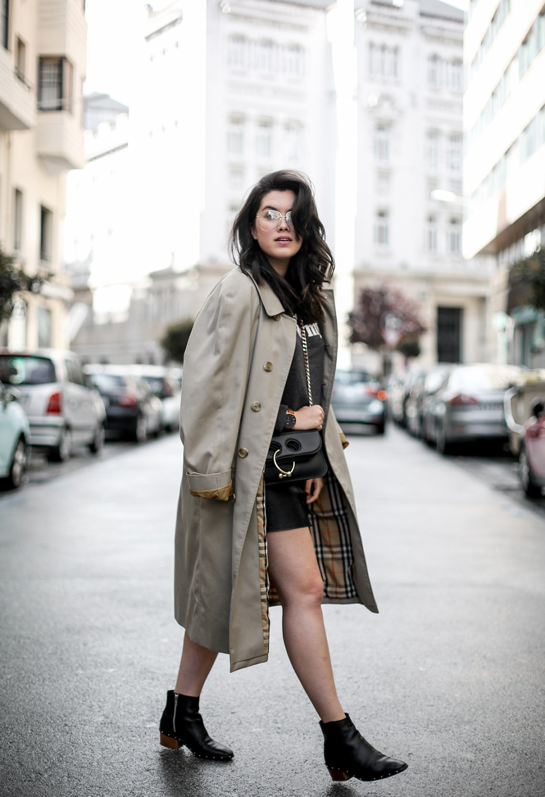 look-con-sudadera-gris-joanie-clothing-my-oh-my-burberry-trench-jw-anderson-pierce-bag12