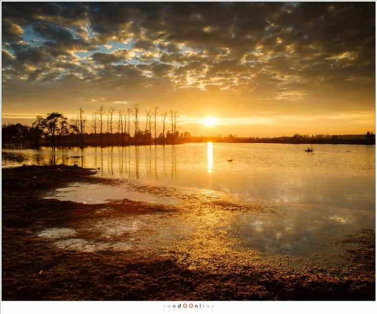 Met het breken van de dikke bewolking stevende de dag af op een mooie en warme zonsondergang (27mm - ISO100 - f/8 - t=1/40sec met -2/3EV, polarisatiefilter en 0,9 soft GND)