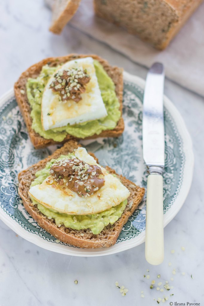 Toast con avocado, albumi e burro di nocciole2