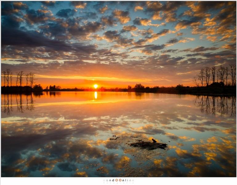 Een sereen landschap, gekleurd door de ondergaande zon (24mm - ISO100 - f/16 - t=1/2sec met polarisatiefilter en 0,9 soft GND)