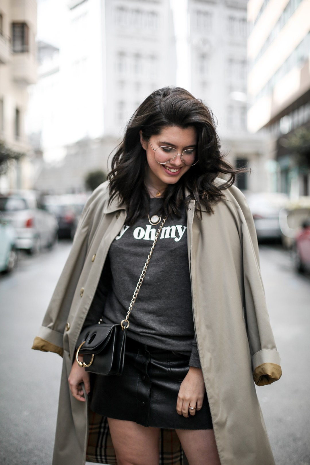 look-con-sudadera-gris-joanie-clothing-my-oh-my-burberry-trench-jw-anderson-pierce-bag8