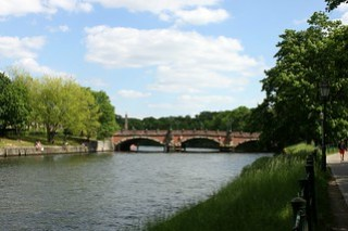 Blick über die Spree auf die Lutherbrücke.
