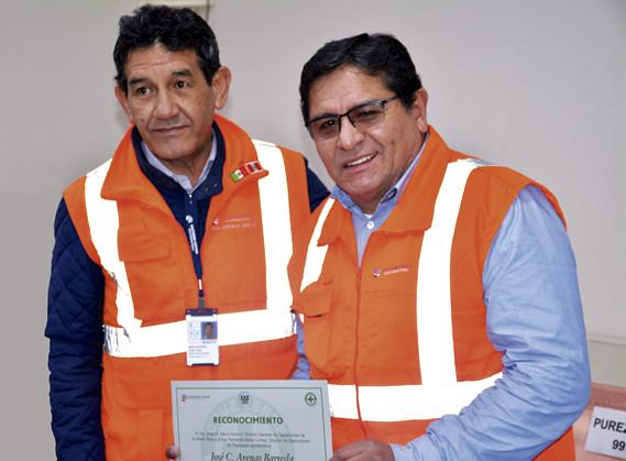 Ing. Jorge Meza Viveros, Director General de Operaciones de Southern Peru, otorga diploma de honor al gerente de Planta Lesde, ingeniero José Arenas Barreda.