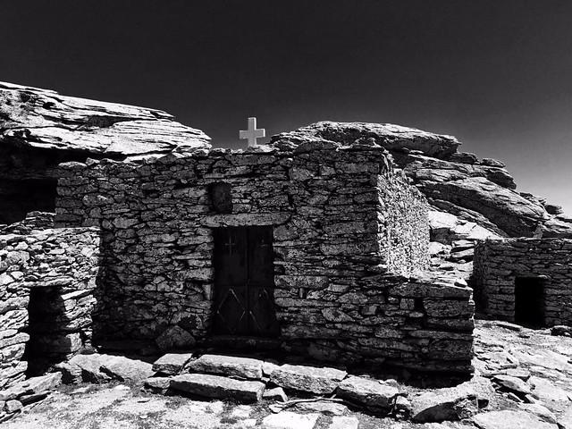 Το εκκλησάκι του Προφήτη Ηλία στην κορυφή της Όχης.