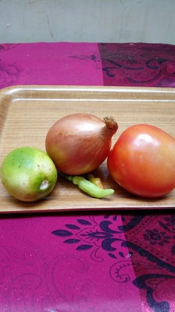 Jeruk nipis, bawang bombay, tomat, cabe rawit