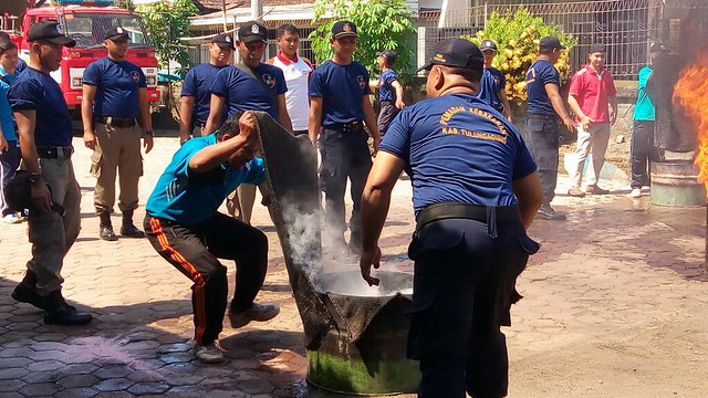 Staf KPU Tulungagung Winaryo, tengah berlatih Unjuk Kemampuan Tanggulangi Kebakaran bersama PMK Tulungagung (23/5)