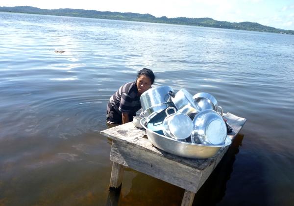 Olhar do leitor. Lavando panelas no rio, Olhar do leitor. Foto - Celivaldo Carneiro. Mulher lavando panela no rio Tapajós
