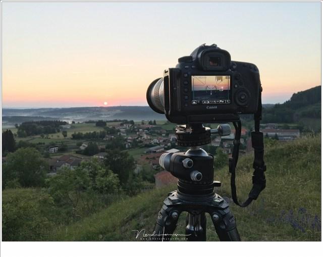 Een zonsondergang boven de heuvels van de Auvergne.