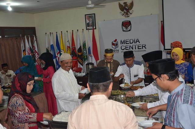 Suasana buka bersama KPU Tulungagung (9/6)