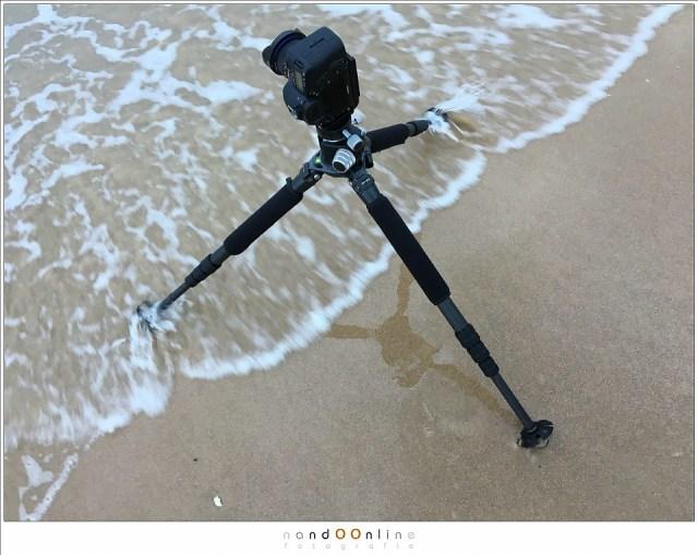 De zee fotograferen aan de Opaalkust. De weerbestendigheid van de camera is daarbij erg prettig.