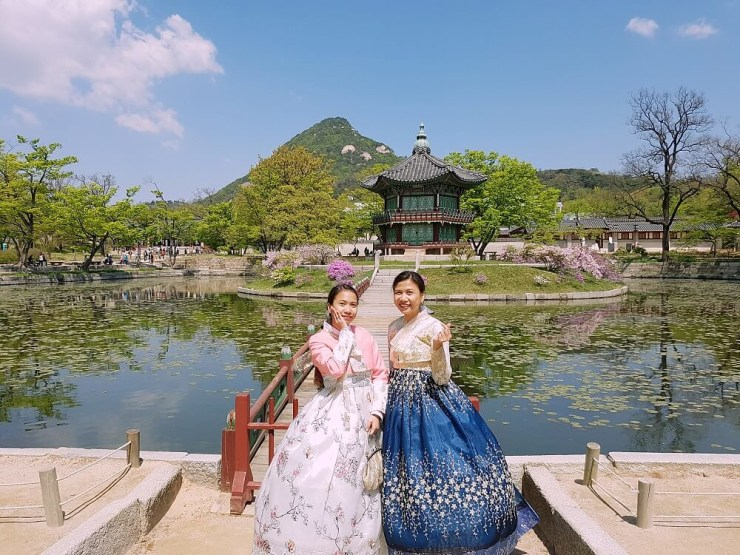 wearing hanbok in gyeongbokgung