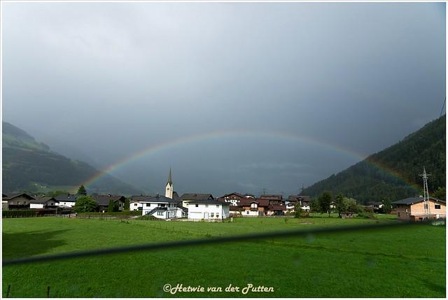 Onderweg fotografeer ik vanuit de rijdende auto nog een regenboog.