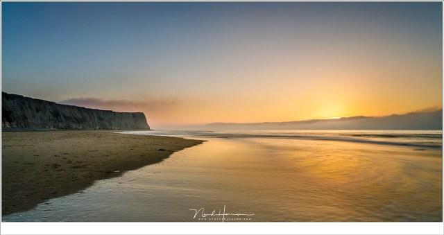 De zon verzwolgen door de mistbank aan de horizon, die met groothoek er plotseling heel smal uitziet. (TS-E24L II | ISO50 | f/16 | 3,2sec | Lee Big Stopper met Lee Landscape Polariser)