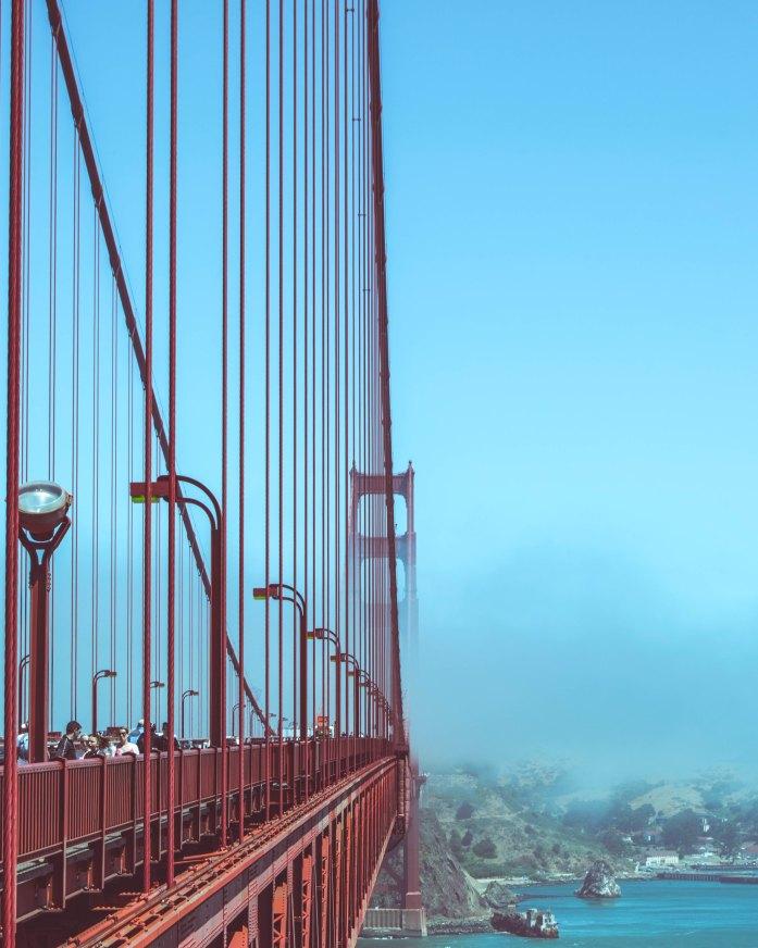 El Golden Gate cubierto con un poco de niebla.