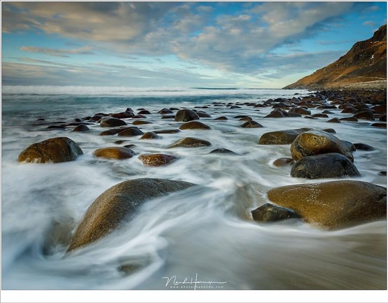 De rotsen van het strand van Unstad (24mm   ISO200   f/11   t=2,5sec met 2 stop soft GND)