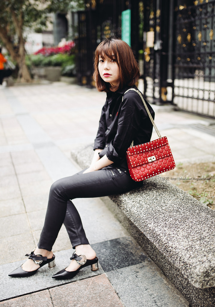 ▌Outfit ▌徹底黑: Proenza Schouler Front-tie Eyelet-embellished block-heeled leather mules + Valentino spike shoulder bag + CDGPlay襯衫
