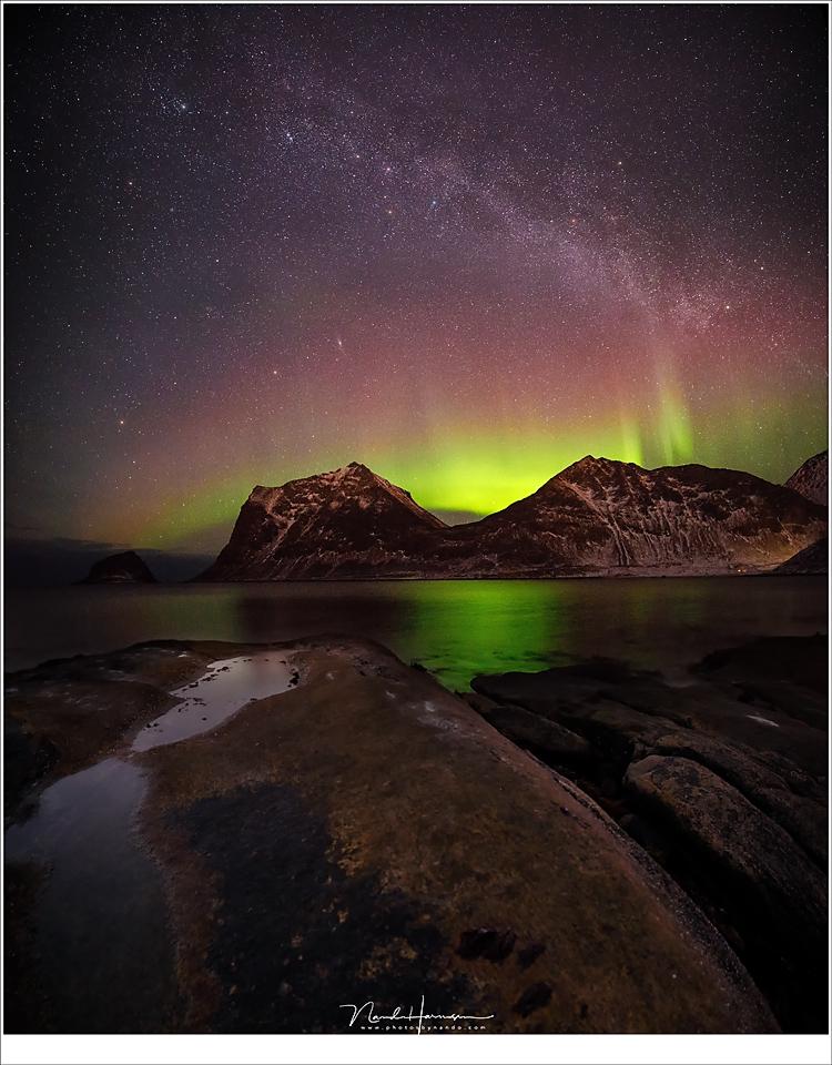 Uitzicht op het strand van Haukland,. een vertikaal panorama van 3 opnamen. (3x 16mm | ISO400 en ISO6400 | f/2,8 tot f/5,6 | t= tussen 15 sec en 480sec), Lofoten in de nacht