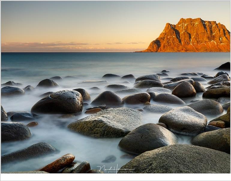 De rotsen op het strand van Uttakleiv, met het laatste licht van de schemering op de bergen. (35mm   ISO100   f/11   30sec met 10 stops ND)