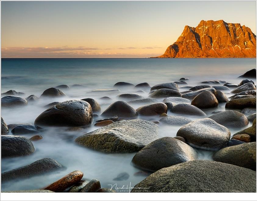 De rotsen op het strand van Uttakleiv, met het laatste licht van de schemering op de bergen. (35mm | ISO100 | f/11 | 30sec met 10 stops ND)